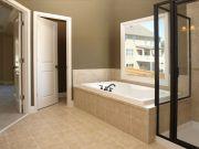Дверь в классическом стиле в ванной