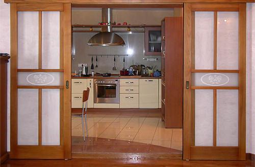 А нужна ли дверь на кухне?