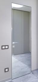 """Фото -   Скрытая дверь """"1M INVISIBLE"""", с AL-кромкой c 4-х сторон, зеркало снаружи     фото в интерьере"""