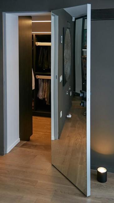 """Фото -   Скрытая дверь """"0M INVISIBLE"""", с AL-кромкой c 4-х сторон, зеркало внутри     фото в интерьере"""
